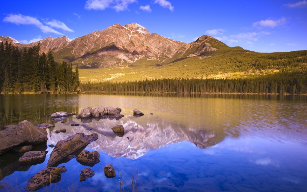 Papel de parede Lago Com Pedras Refletindo Montanhas para download gratuito. Use no computador pc, mac, macbook, celular, smartphone, iPhone, onde quiser!