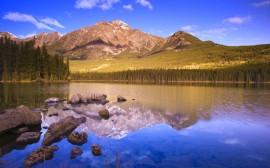 Papel de parede Lago Com Pedras Refletindo Montanhas