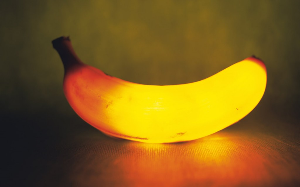 Papel de parede Banana Iluminada para download gratuito. Use no computador pc, mac, macbook, celular, smartphone, iPhone, onde quiser!