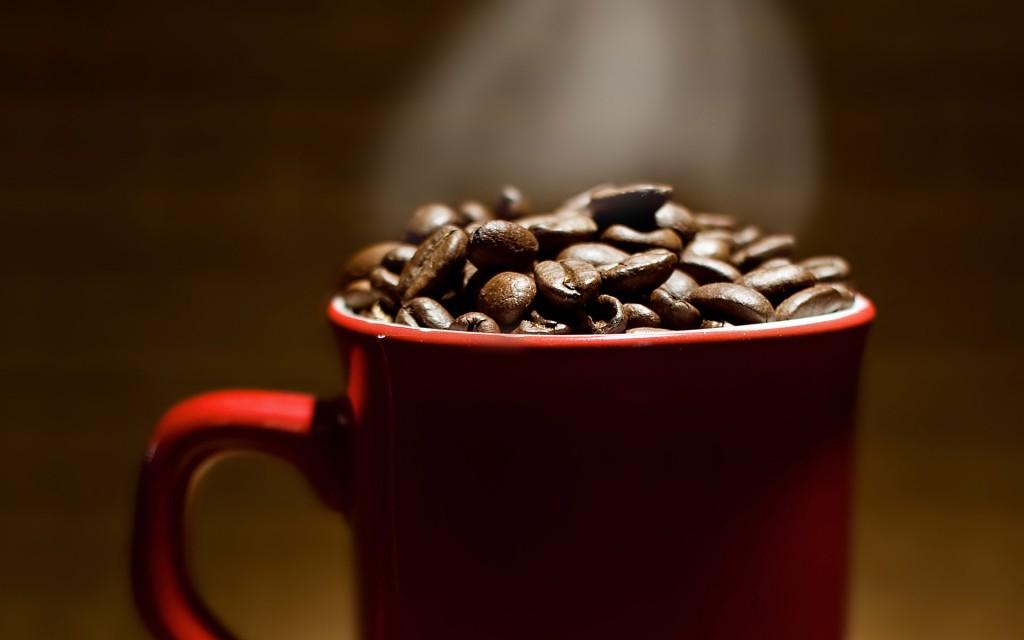 Papel de parede Caneca com Grãos de Café para download gratuito. Use no computador pc, mac, macbook, celular, smartphone, iPhone, onde quiser!