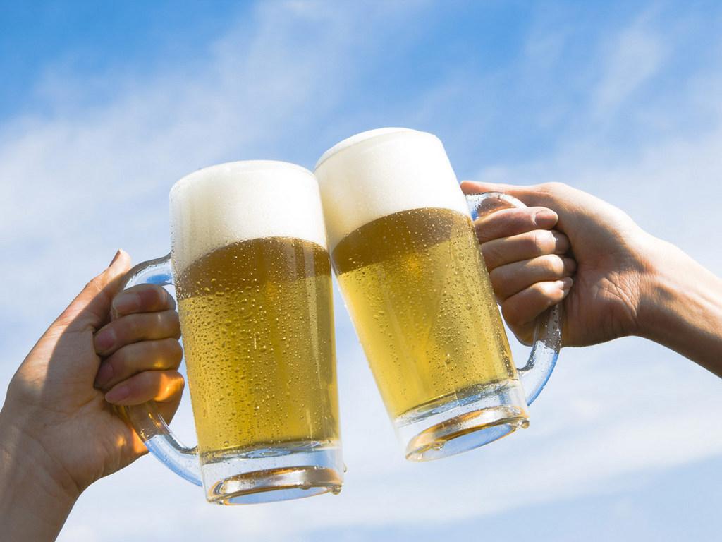 Papel de parede Brinde com Cerveja para download gratuito. Use no computador pc, mac, macbook, celular, smartphone, iPhone, onde quiser!