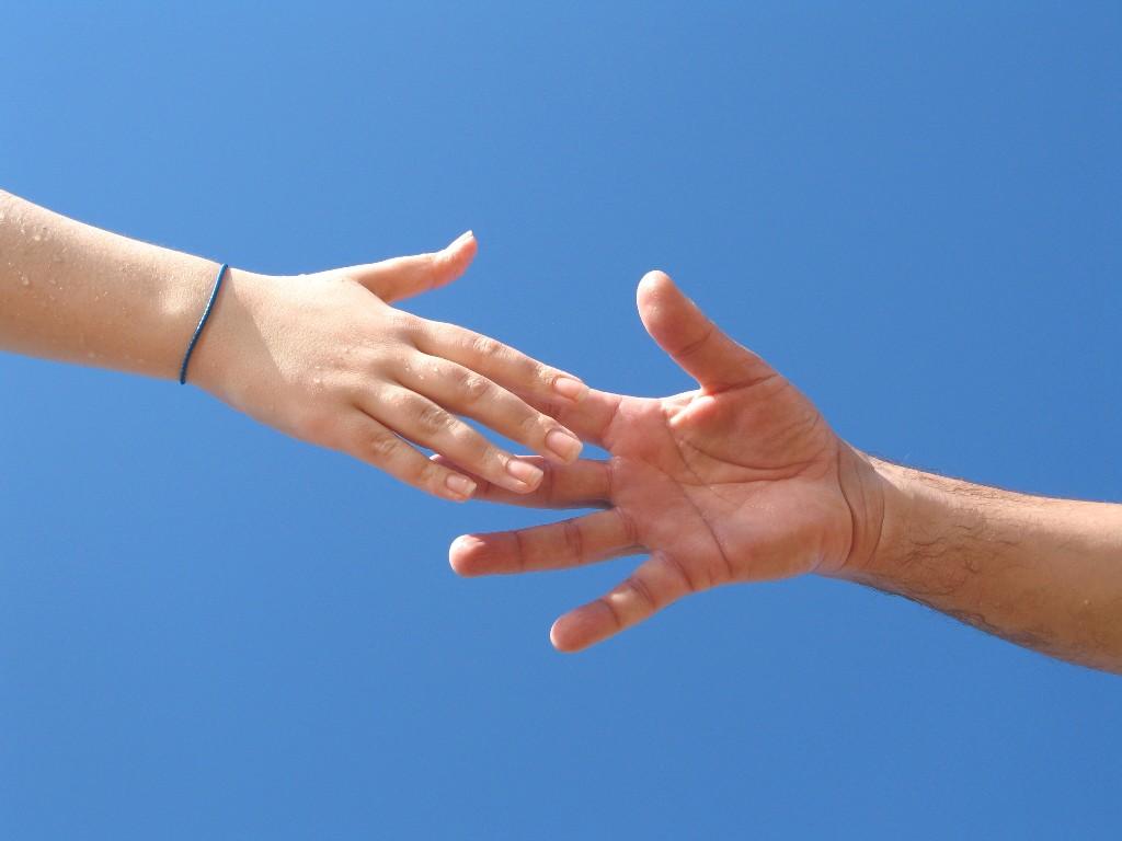 Papel de parede Mãos que se Alcançam para download gratuito. Use no computador pc, mac, macbook, celular, smartphone, iPhone, onde quiser!