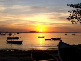Papel de parede Pôr-do-sol na Praia: Barcos no Mar