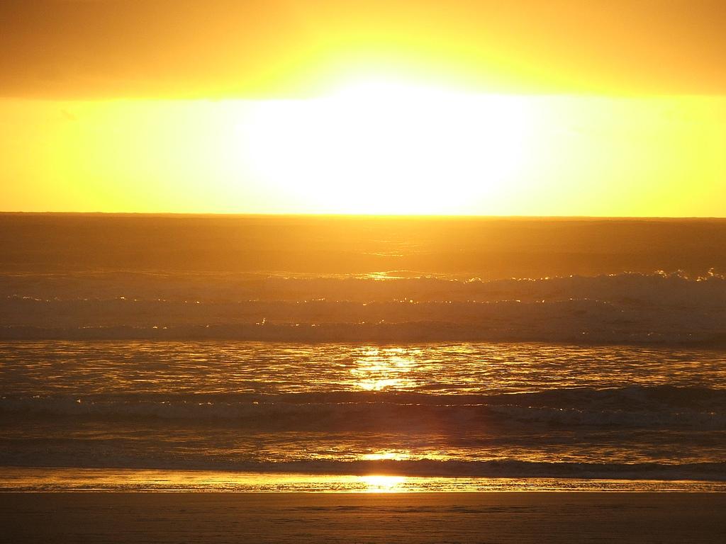Papel de parede Pôr-do-sol na Praia: Belo Mar para download gratuito. Use no computador pc, mac, macbook, celular, smartphone, iPhone, onde quiser!