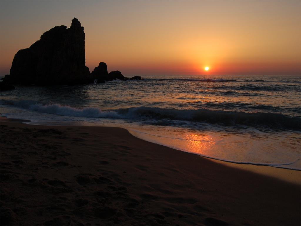 Papel de parede Pôr-do-sol na Praia: Pedras para download gratuito. Use no computador pc, mac, macbook, celular, smartphone, iPhone, onde quiser!