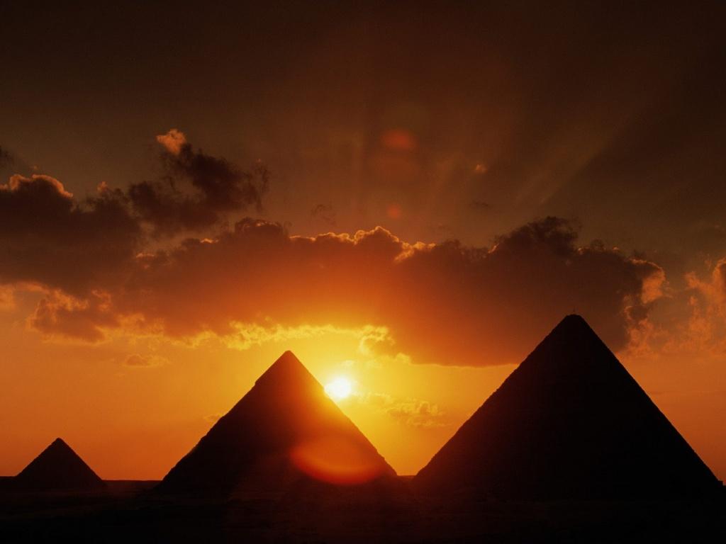 Papel de parede Pirâmides no Pôr-do-Sol para download gratuito. Use no computador pc, mac, macbook, celular, smartphone, iPhone, onde quiser!