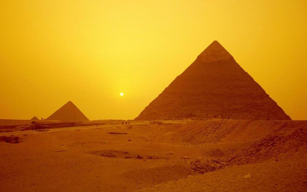 Papel de parede Pirâmides ao Sol do Deserto para download gratuito. Use no computador pc, mac, macbook, celular, smartphone, iPhone, onde quiser!