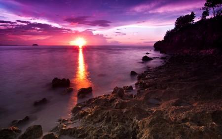 Papel de parede Praia de Pedras e o Por do Sol para download gratuito. Use no computador pc, mac, macbook, celular, smartphone, iPhone, onde quiser!