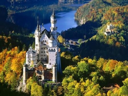 Papel de parede Castelo Neuschwanstein na Bavária para download gratuito. Use no computador pc, mac, macbook, celular, smartphone, iPhone, onde quiser!