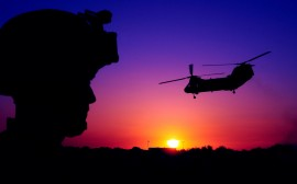 Papel de parede Helicóptero no Por do Sol