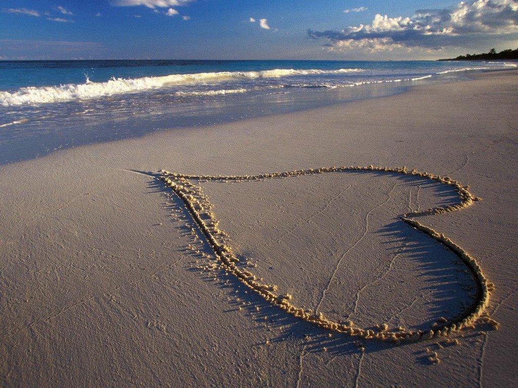 Papel de parede Coração na Areia para download gratuito. Use no computador pc, mac, macbook, celular, smartphone, iPhone, onde quiser!