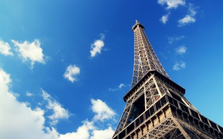 Papel de parede Torre Eiffel e o céu de Paris para download gratuito. Use no computador pc, mac, macbook, celular, smartphone, iPhone, onde quiser!