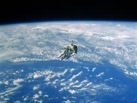 Papel de parede Espaço – Astronauta e a Terra