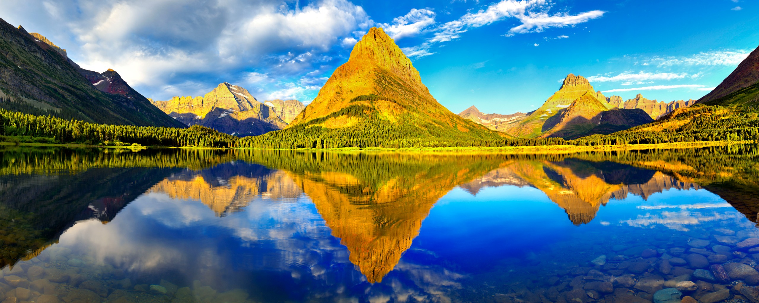 Papel de parede Montanhas Verdes e o Lago Espelhado – Dual Monitor para download gratuito. Use no computador pc, mac, macbook, celular, smartphone, iPhone, onde quiser!