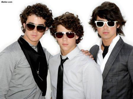 Papel de parede Jonas Brothers Sunglasses para download gratuito. Use no computador pc, mac, macbook, celular, smartphone, iPhone, onde quiser!