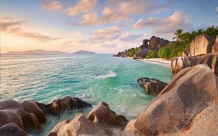 Papel de parede Pedras da Praia Deserta para download gratuito. Use no computador pc, mac, macbook, celular, smartphone, iPhone, onde quiser!