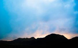Papel de parede Montanhas escuras