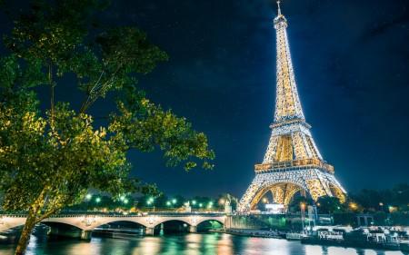 Papel de parede Torre Eiffel Iluminada para download gratuito. Use no computador pc, mac, macbook, celular, smartphone, iPhone, onde quiser!