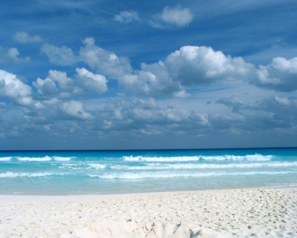 Papel de parede Praia de Água Clara e Céu Azul para download gratuito. Use no computador pc, mac, macbook, celular, smartphone, iPhone, onde quiser!