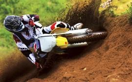 Papel de parede Suzuki Amarela Derrapando no Motocross