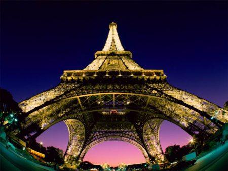Papel de parede Torre Eiffel – Ângulo para download gratuito. Use no computador pc, mac, macbook, celular, smartphone, iPhone, onde quiser!