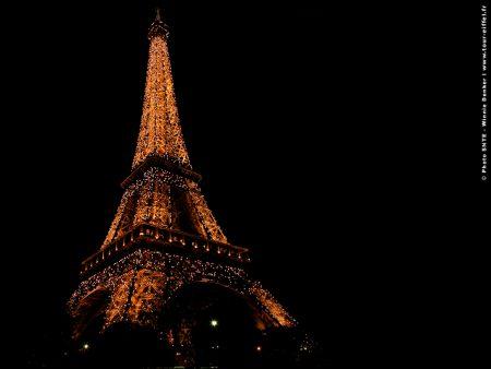 Papel de parede Torre Eiffel – Com Luzes para download gratuito. Use no computador pc, mac, macbook, celular, smartphone, iPhone, onde quiser!