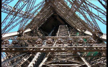 Papel de parede Torre Eiffel – Debaixo para download gratuito. Use no computador pc, mac, macbook, celular, smartphone, iPhone, onde quiser!