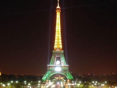 Papel de parede Torre Eiffel – Iluminada para download gratuito. Use no computador pc, mac, macbook, celular, smartphone, iPhone, onde quiser!