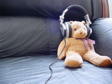 Papel de parede Ursinho – Ouvindo Música para download gratuito. Use no computador pc, mac, macbook, celular, smartphone, iPhone, onde quiser!