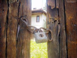 Papel de parede Velha casa e velho portão