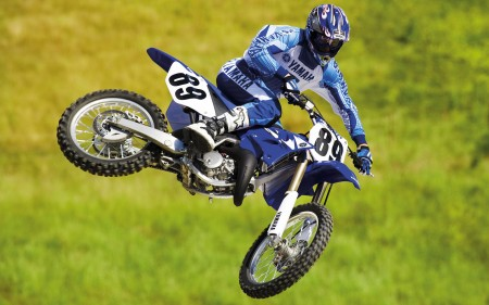 "Papel de parede Motocross: Yamaha Azul ""Voando"" para download gratuito. Use no computador pc, mac, macbook, celular, smartphone, iPhone, onde quiser!"